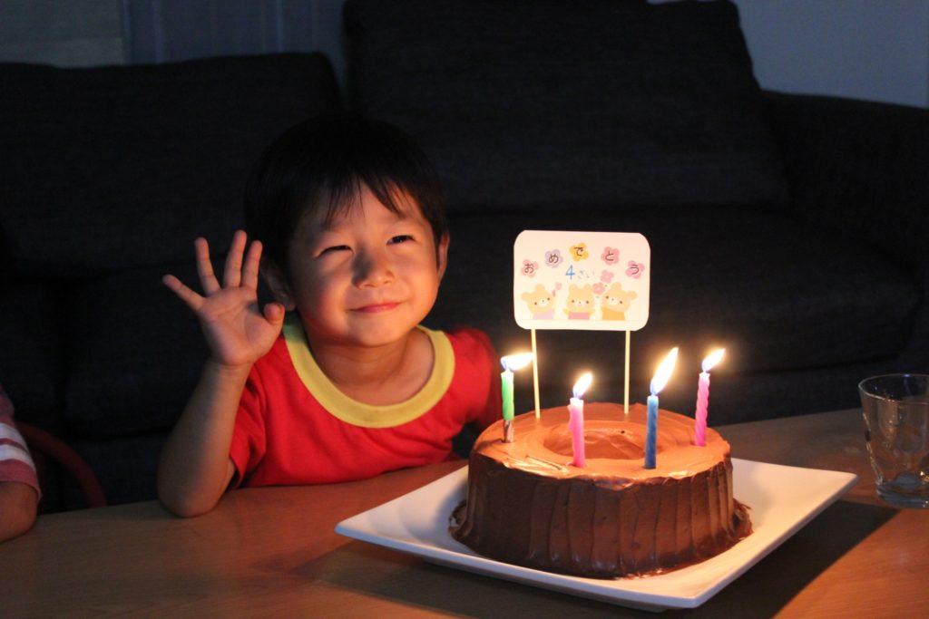 4才の誕生日ケーキと子ども