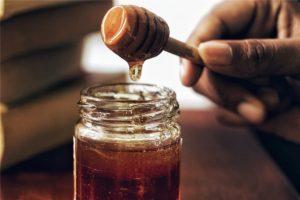 蜂蜜をすくう手