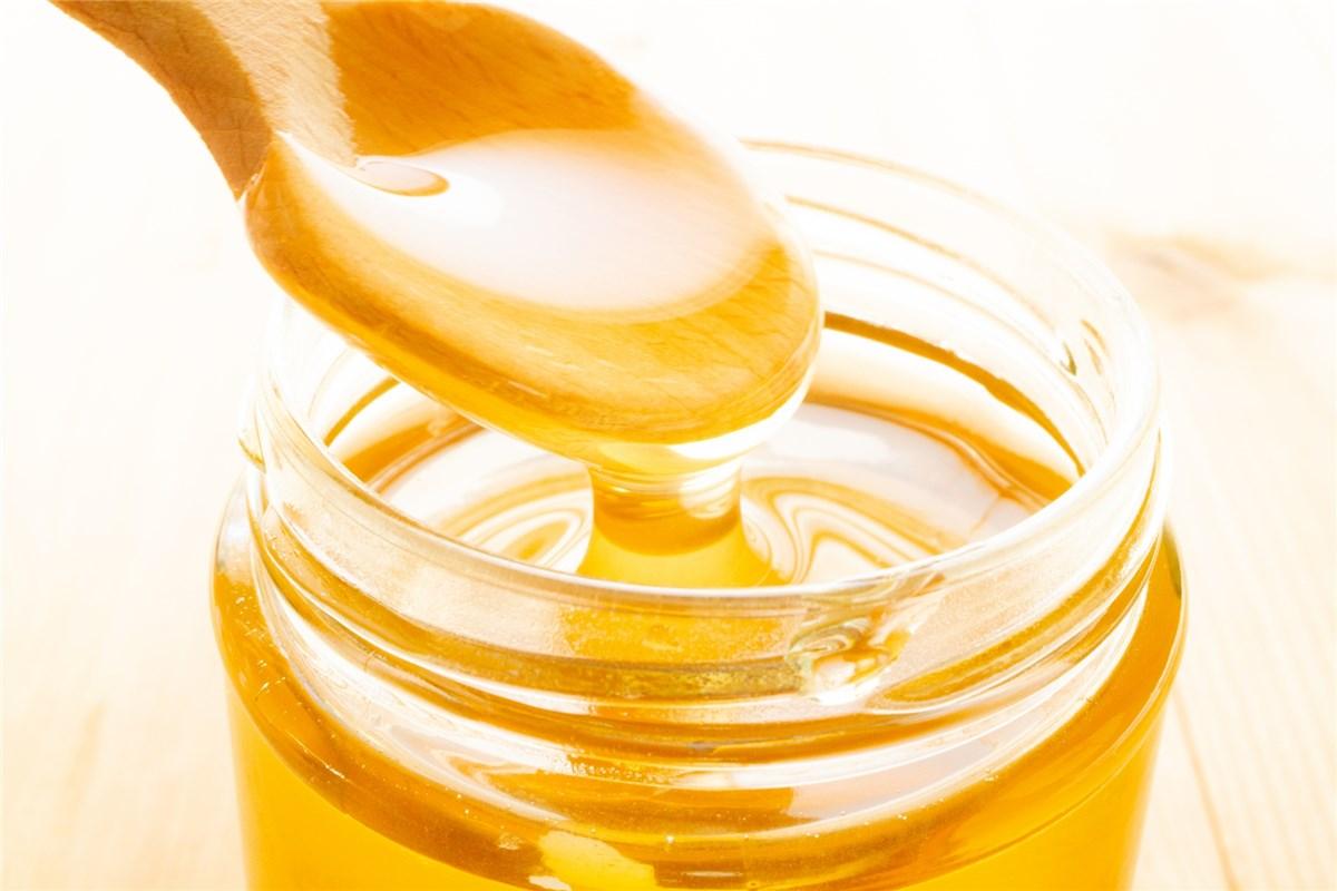 スプーンと蜂蜜の瓶