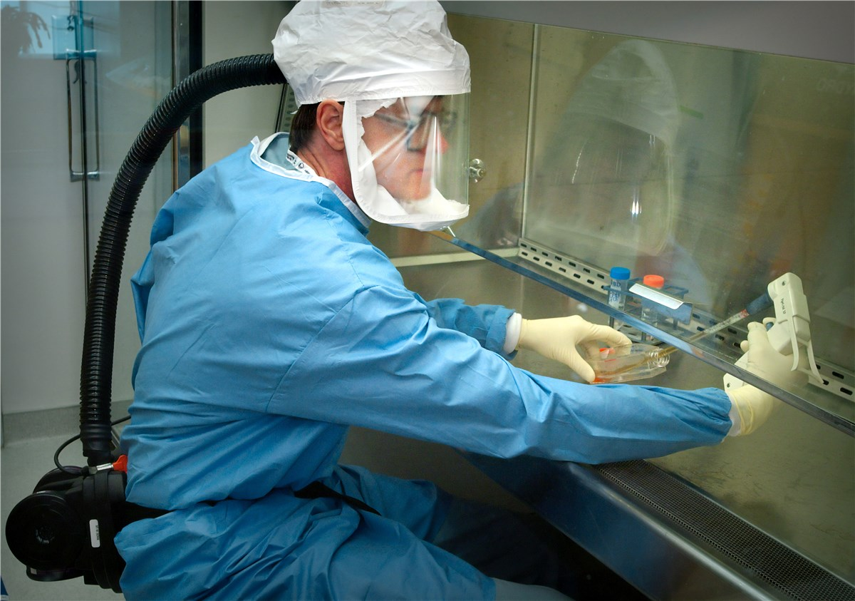 CDC 防護服でインフルエンザウイルス検査する研究員